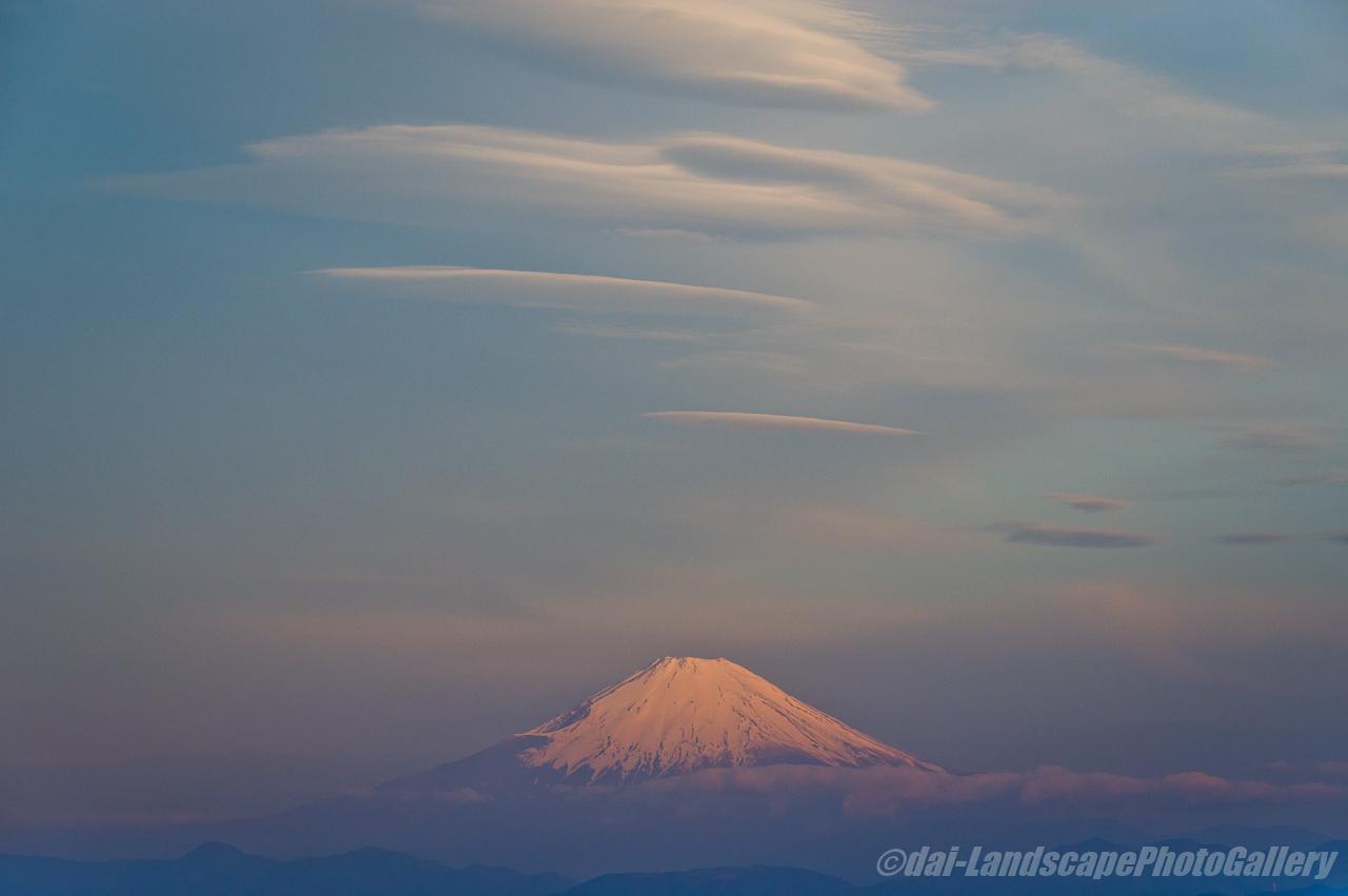 朝焼けの富士山とレンズ雲