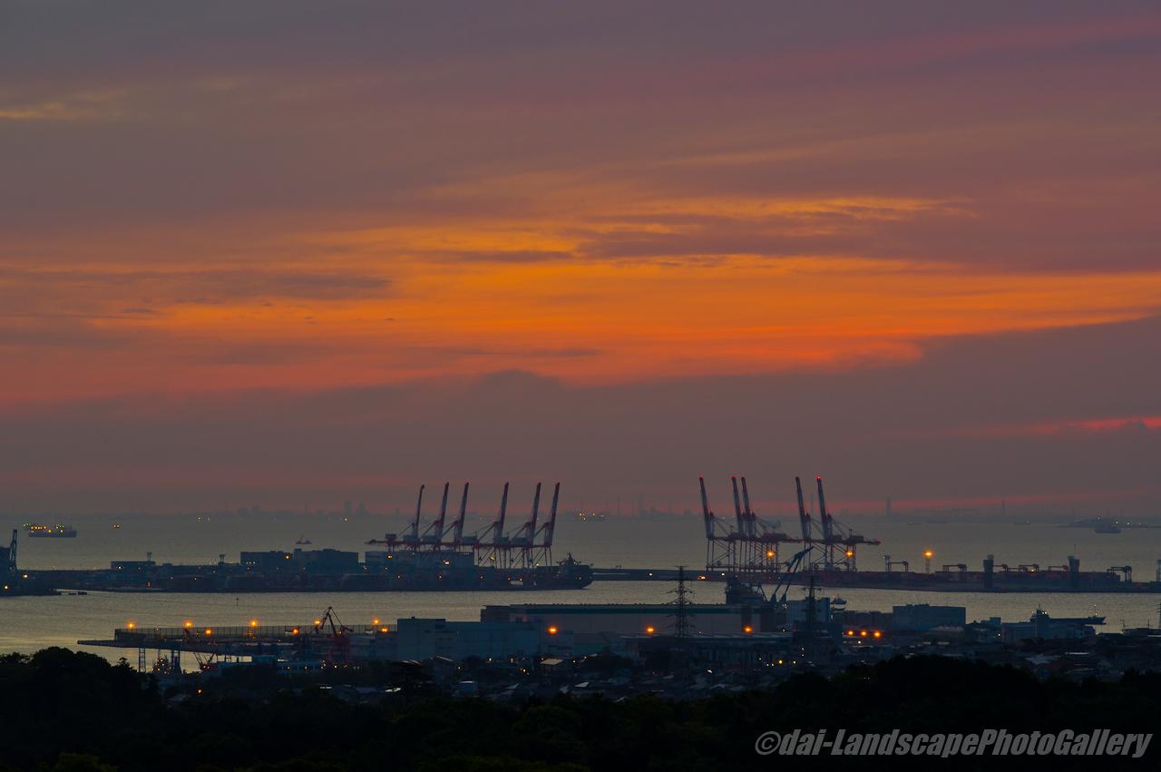 朝焼けの空と南本牧埠頭