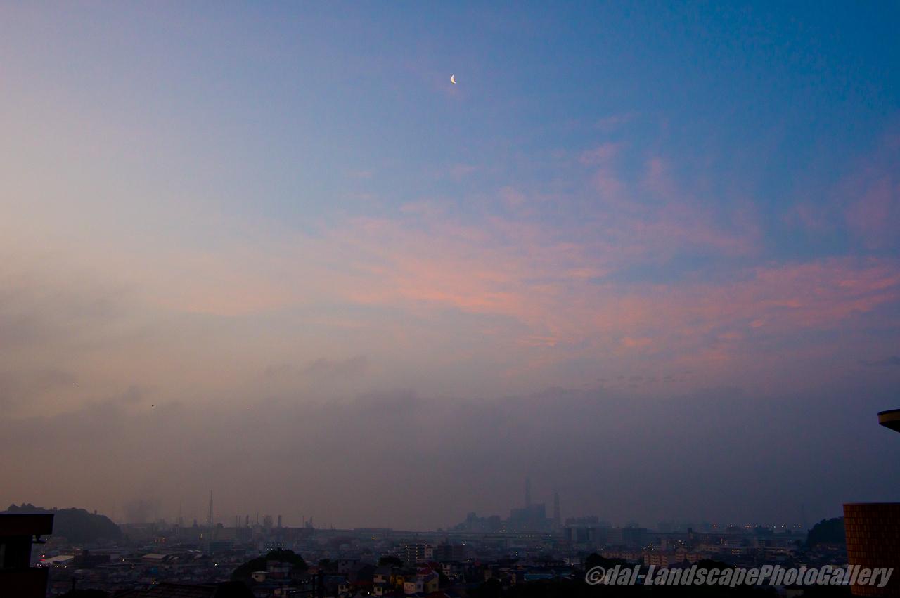 朝焼けの雲と三日月