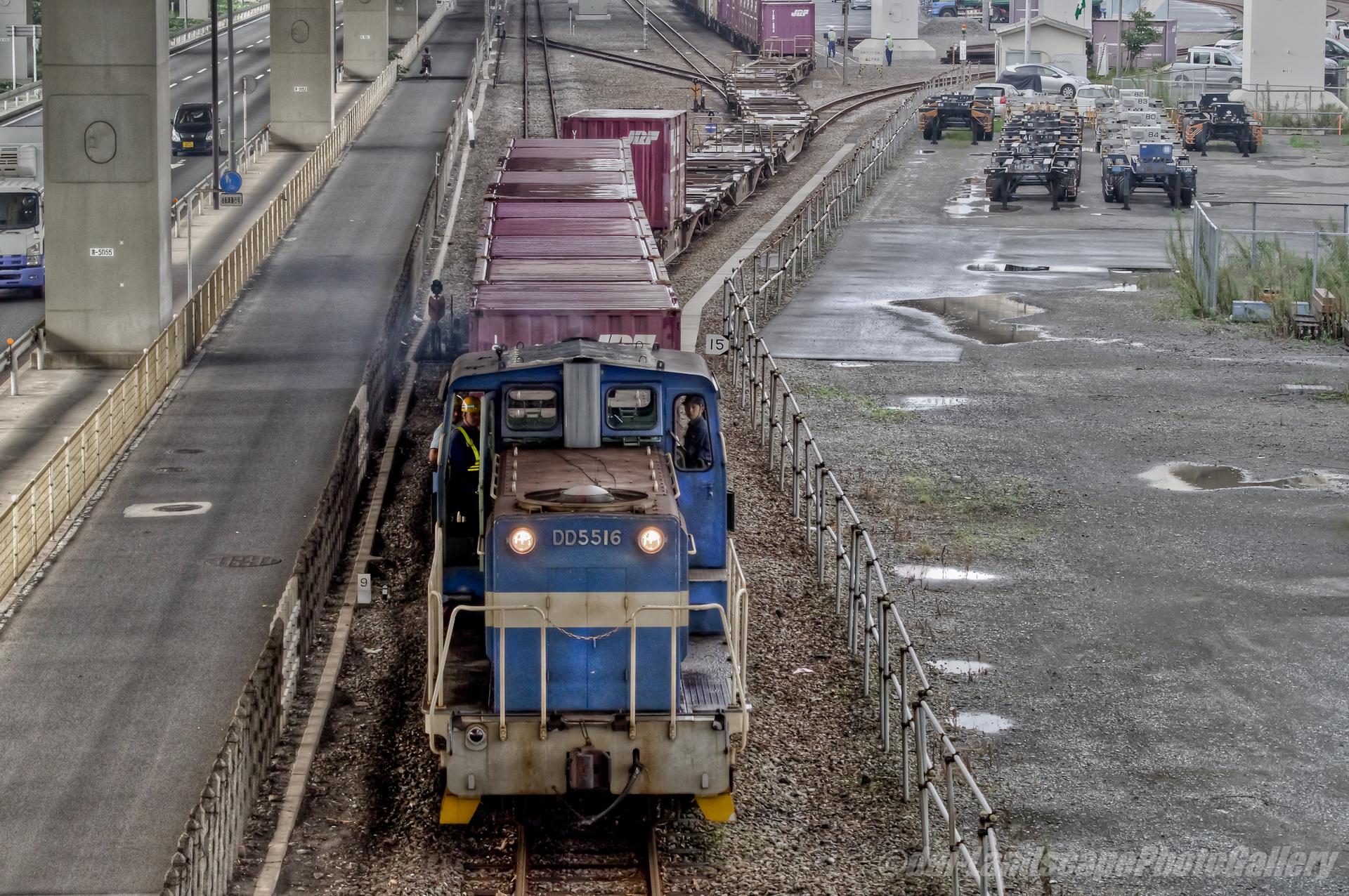 横浜本牧駅を出発する貨物列車【HDRi】