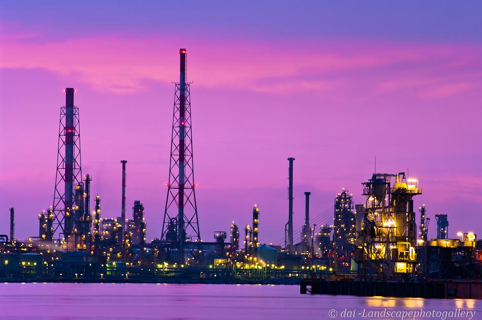 夜明けの石油プラント夜明け
