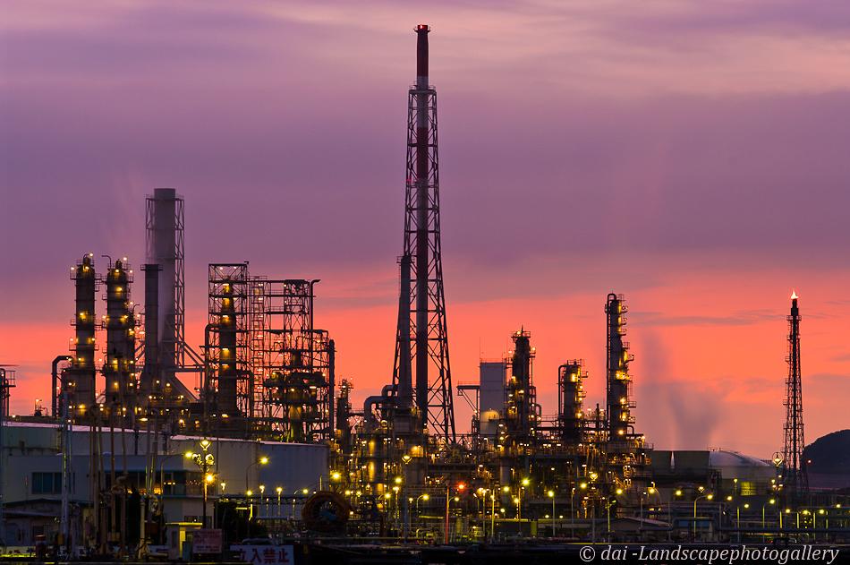 夜明けの石油プラント