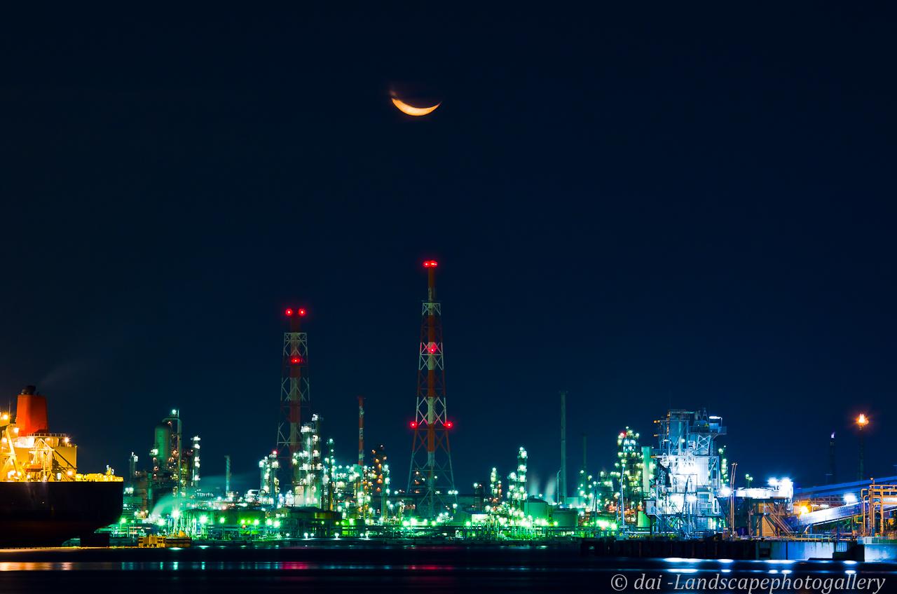 工場地帯から昇る暁月